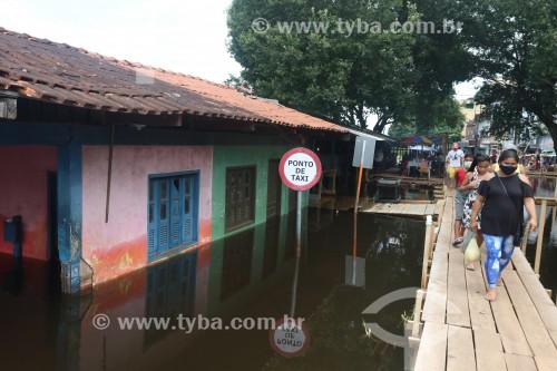 Passarelas improvisadas durante a maior cheia do Rio Negro desde o início dos registros em 1902 - Manacapuru - Amazonas (AM) - Brasil