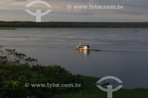 Barco no Rio Solimões - Reserva de Desenvolvimento Sustentável Mamirauá - Uarini - Amazonas (AM) - Brasil