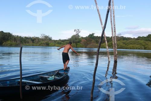 Cena ribeirinha - Criança brincando no Rio Negro - Iranduba - Amazonas (AM) - Brasil