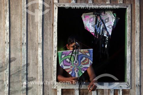 Criança vendendo pipas - Reserva de Desenvolvimento Sustentável Mamirauá - Uarini - Amazonas (AM) - Brasil