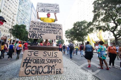 Manifestante segurando cartazes - Manifestação em oposição ao governo do presidente Jair Messias Bolsonaro - Rio de Janeiro - Rio de Janeiro (RJ) - Brasil