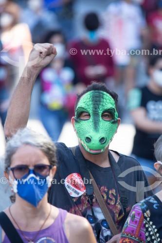 Manifestante com máscara de jacaré em referência à fala do presidente sobre a vacina da Pfizer - Manifestação em oposição ao governo do presidente Jair Messias Bolsonaro - Rio de Janeiro - Rio de Janeiro (RJ) - Brasil
