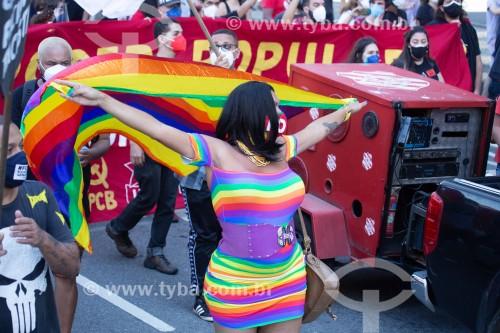 Manifestante usando vestido com as cores do Arco Íris, símbolo do movimento LGBTQIA+ -  Manifestação em oposição ao governo do presidente Jair Messias Bolsonaro - Rio de Janeiro - Rio de Janeiro (RJ) - Brasil