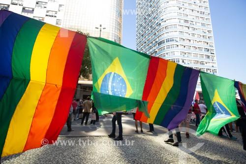 Bandeiras com as cores do Arco Íris, símbolo do movimento LGBTQIA+ -  Manifestação em oposição ao governo do presidente Jair Messias Bolsonaro - Rio de Janeiro - Rio de Janeiro (RJ) - Brasil