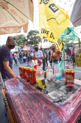 Vendedor ambulante de bebidas - Manifestação em oposição ao governo do presidente Jair Messias Bolsonaro - Rio de Janeiro - Rio de Janeiro (RJ) - Brasil