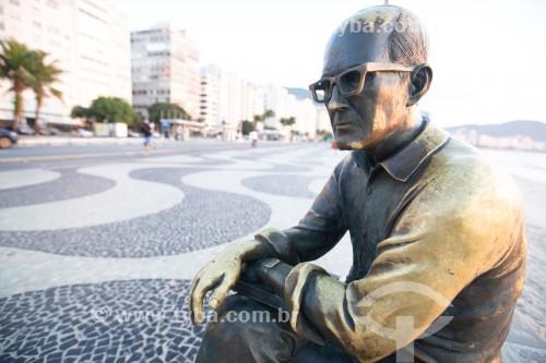 Detalhe da estátua do poeta Carlos Drummond de Andrade na Praia de Copacabana - Rio de Janeiro - Rio de Janeiro (RJ) - Brasil