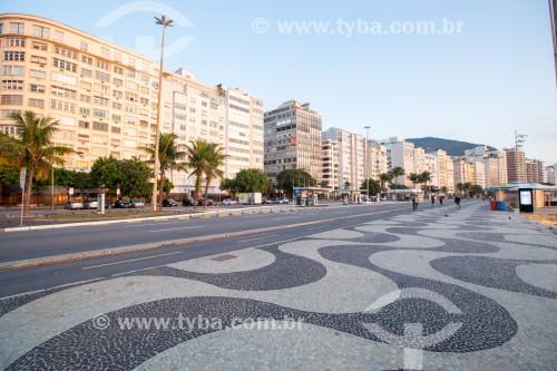 Pedras portuguesas com desenho tradicional de ondas no calçadão de Copacabana - Rio de Janeiro - Rio de Janeiro (RJ) - Brasil