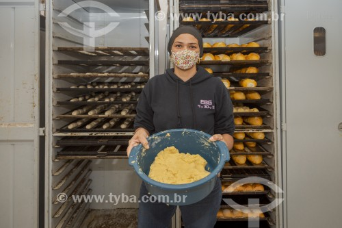 Padeira produzindo pães - Padaria - Guarani - Minas Gerais (MG) - Brasil