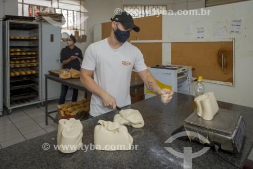 Padeiro produzindo pães - Padaria - Guarani - Minas Gerais (MG) - Brasil