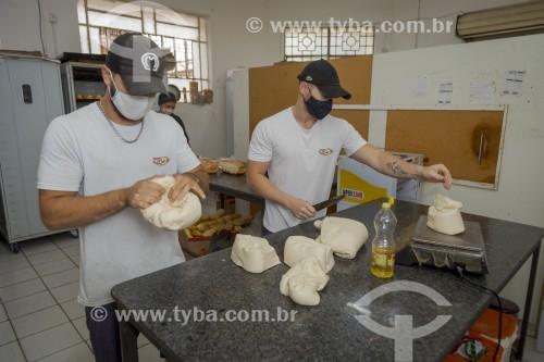 Padeiros produzindo pães - Padaria - Guarani - Minas Gerais (MG) - Brasil