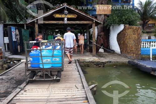 Desembarque de pessoas e garrafões de água no cais da Ilha da Gigóia - Rio de Janeiro - Rio de Janeiro (RJ) - Brasil