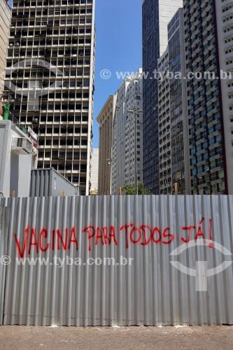 Pixação em tapume de obra incentivando a vacinação contra a Covid-19 - Largo da Carioca - Rio de Janeiro - Rio de Janeiro (RJ) - Brasil