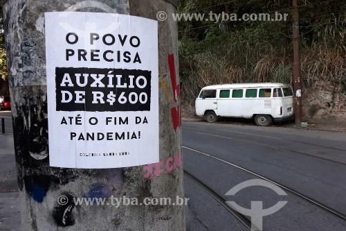 Cartaz colado em poste incentivando o pagamento do auxílio emergencial - Crise do Coronavírus - Rio de Janeiro - Rio de Janeiro (RJ) - Brasil