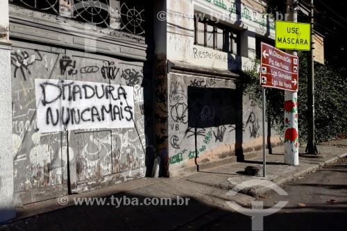 Cartaz com a frase Ditadura nunca mais, no Largo do Curvelo - Rio de Janeiro - Rio de Janeiro - Brasil