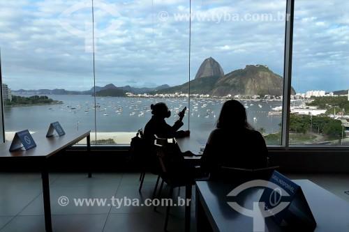 Praça de alimentação no Botafogo Praia Shopping - Mesas sinalizadas como indisponíveis para manter o distanciamento social, devido à crise do coronavírus - Pão de Açúcar ao fundo - Rio de Janeiro - Rio de Janeiro (RJ) - Brasil