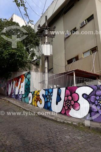 Pintura da artista RafaMon enaltecendo o SUS (Sistema Único de Saúde), no muro do Centro Municipal de Saúde Ernani Agrícola - Rio de Janeiro - Rio de Janeiro (RJ) - Brasil