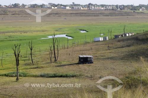 Batelões usados para pesca ficam encalhados no reservatório de água da Usina Hidrelétrica de Marimbondo com o nível de água mais baixo dos últimos 45 anos - entre os estados de São Paulo e Minas Gerais  - Guaraci - São Paulo (SP) - Brasil