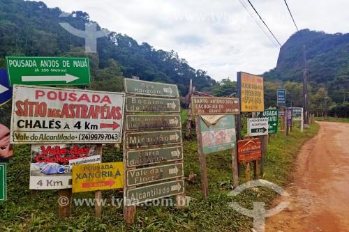 Placas de sinalização de pousadas - Vale do Alcantilado - Bocaina de Minas - Minas Gerais (MG) - Brasil