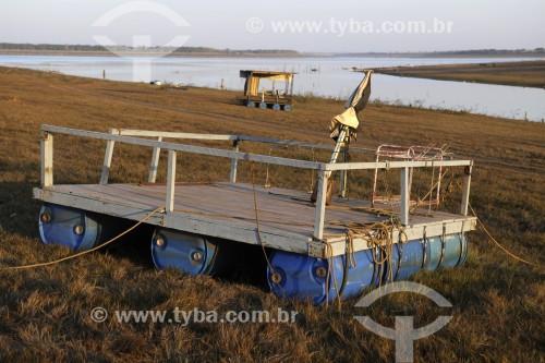 Batelões usados para pesca ficam encalhados no reservatório de água da Usina Hidrelétrica de Marimbondo com o nível de água mais baixo dos últimos 45 anos - entre os estados de São Paulo e Minas Gerais  - Fronteira - Minas Gerais (MG) - Brasil