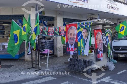 Barraca de camelô vendendo cartazes de Lula e Bolsonaro em calçada da Rua Santa Rita - Juiz de Fora - Minas Gerais (MG) - Brasil
