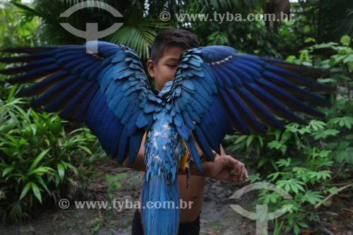 Menino da tribo Baré com Arara-Canindé (Ara ararauna) - também conhecida como Arara-de-barriga-amarela - Manaus - Amazonas (AM) - Brasil
