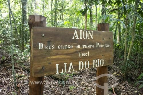Placa de sinalização na Floresta da Tijuca - Parque Nacional da Tijuca - Rio de Janeiro - Rio de Janeiro (RJ) - Brasil