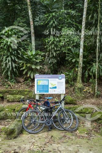 Placa de sinalização e bicicletas no Largo do Bom Retiro - Floresta da Tijuca - Parque Nacional da Tijuca - Rio de Janeiro - Rio de Janeiro (RJ) - Brasil