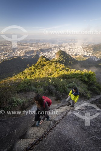 Casal de turistas na escada de acesso ao Pico da Tijuca - Floresta da Tijuca - Parque Nacional da Tijuca - Rio de Janeiro - Rio de Janeiro (RJ) - Brasil