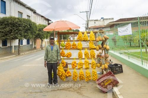 Homem vendendo frutas em barraca de rua - Guarani - Minas Gerais (MG) - Brasil