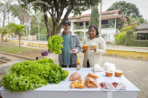 Pequeno agricultor vendendo legumes, verduras e doces em banca de rua - Guarani - Minas Gerais (MG) - Brasil