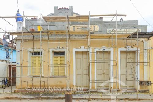 Pedreiro trabalhando na reforma da fachada de casario antigo - Guarani - Minas Gerais (MG) - Brasil