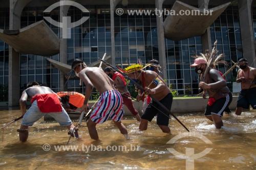 Grupos indígenas de várias etnias acampam em Brasília promovendo marchas na Esplanada dos Ministérios até a Praça dos Três Poderes onde protestam contra a tese do marco temporal, em processo no Supremo Tribunal Federal (STF) - Brasília - Distrito Federal (DF) - Brasil