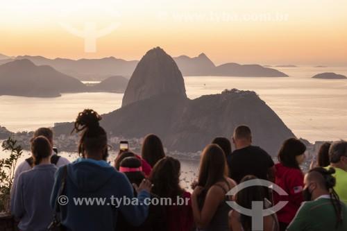 Turistas observando o amanhecer a partir do Mirante Dona Marta com o Pão de Açúcar ao fundo - Rio de Janeiro - Rio de Janeiro (RJ) - Brasil