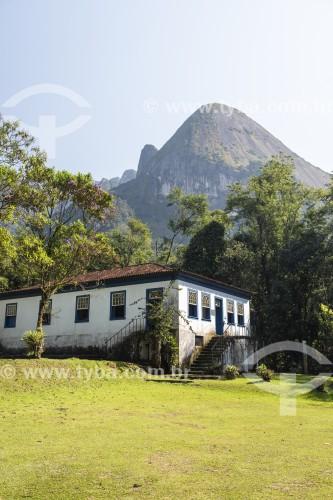 Centro de Visitantes Von Martius na sede Guapimirm do Parque Nacional da Serra dos Órgãos com o Escalavrado ao fundo  - Guapimirim - Rio de Janeiro (RJ) - Brasil