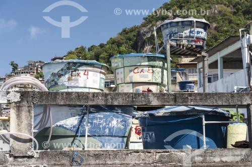 Caixas dágua no topo de casas na Favela do Vidigal - Rio de Janeiro - Rio de Janeiro (RJ) - Brasil