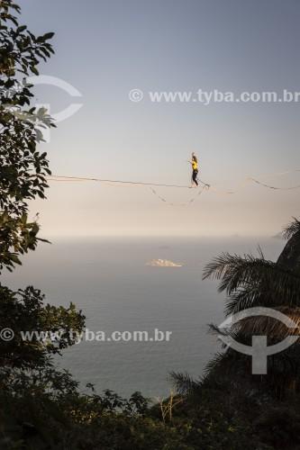 Praticante de slackline no Morro Dois Irmãos com oceano ao fundo - Rio de Janeiro - Rio de Janeiro (RJ) - Brasil