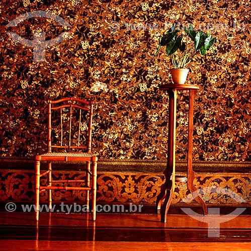 Interior da antiga fazenda de café Paraíso, mostrando uma cadeira e um vaso de plantas - Vale do Paraíba - RJ - Brasil  - Paraí - Rio de Janeiro - Brasil