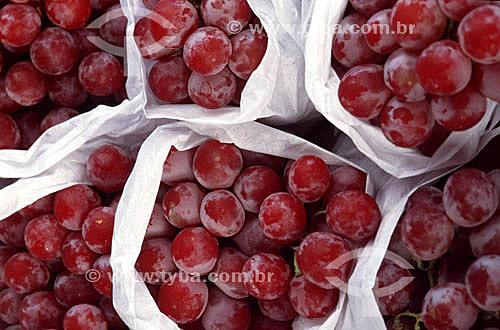 Cachos de uvas vermelhas embalados com papel - estudo de embalagens da Embrapa - Zona Oeste - Rio de Janeiro - RJ - Brasil  - Rio de Janeiro - Rio de Janeiro - Brasil