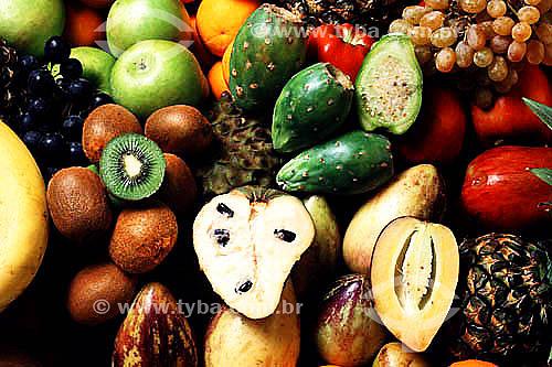 Frutas brasileiras diversas incluindo graviola, abacate, kiwui, uva e maçã - Brasil
