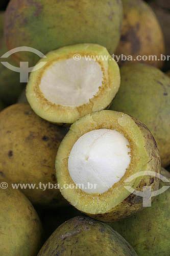 (Platonia insignis) Fruta - Bacuri exposto no Mercado Ver-O-Peso - Belém - Pará - Brasil - 2004  - Belém - Pará - Brasil