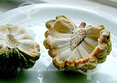 Fruta-do-Conde em um prato