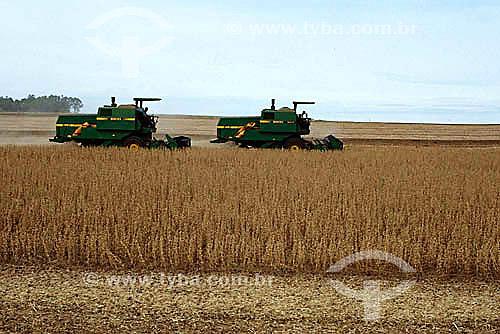 Agricultura - Máquina agrícola durante colheita mecanizada de soja - Cascavel - Paraná - Brasil - Data: Março de 1997