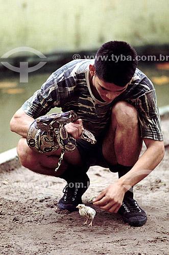 Soldado aproximando uma cobra de um pinto - Amazônia - Brasil