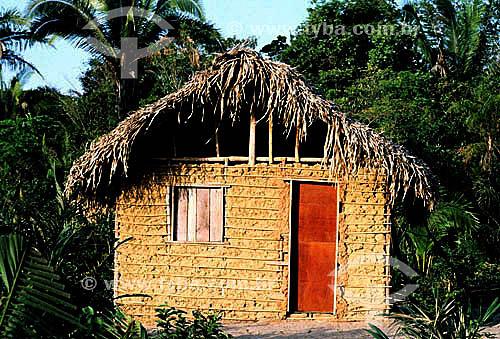 Casa de pau-a-pique coberta de sapê - Amazônia - Brasil / Data: 1996