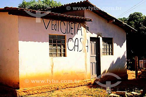 Casa modesta com anúncio com erro de português