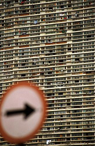 Fachada de prédio de população de baixa renda com placa de trânsito em primeiro plano - São Paulo - SP - Brasil  - São Paulo - São Paulo - Brasil
