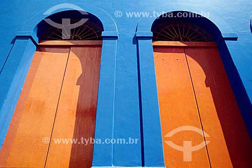 Detalhe de arquitetura - Portas de madeira em fachada colorida - Santa Teresa - Rio de Janeiro - RJ - Brasil  - Rio de Janeiro - Rio de Janeiro - Brasil