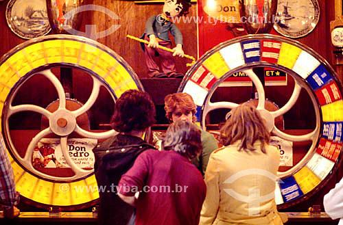 Pessoas no parque de diversões - roda da fortuna