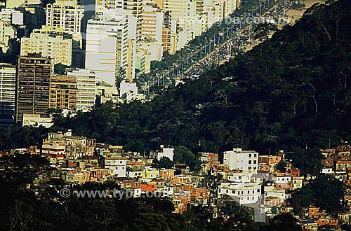 Contraste urbano entre o pobre (Favela do Vidigal em primeiro plano) e o rico (Ipanema ao fundo) - Rio de Janeiro - RJ - Brasil  - Rio de Janeiro - Rio de Janeiro - Brasil
