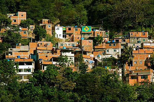 Bandeira do Brasil em favela carioca acima do cemitério São João Batista em Botafogo - Rio de Janeiro - RJ - BrasilJulho 2006  - Rio de Janeiro - Rio de Janeiro - Brasil